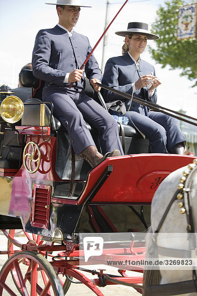 Paar Reiten bespannten Wagen in April's Fair  Feria de Abril  Feria de Sevilla  Sevilla  Andalusien  Spanien