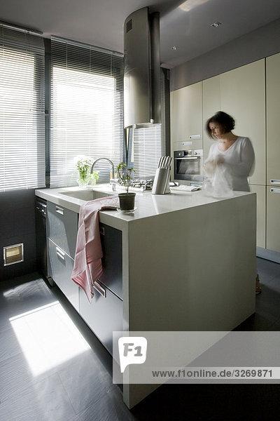 Frau stehend in der Küche  Madrid  Spanien