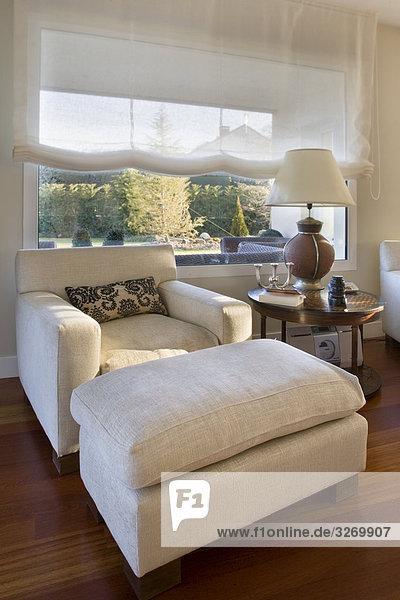 Sessel in einem Wohnzimmer  Madrid  Spanien