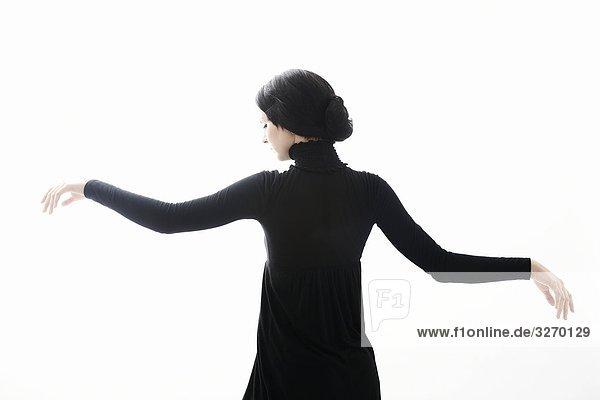 Girl in schwarzem Kleid in Bewegung