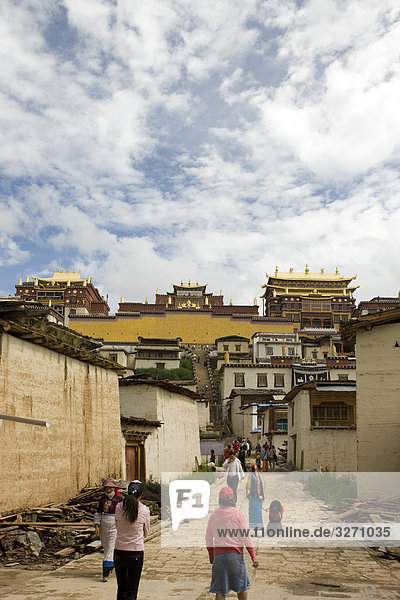 Menschen Wallking in Richtung der Songzanlin Tempel  Shangri-La  China