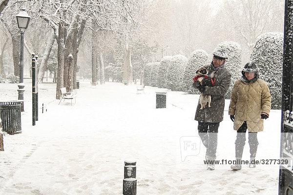 Paar zu Fuß auf einem Schnee bedeckt Road  Madrid  Spanien