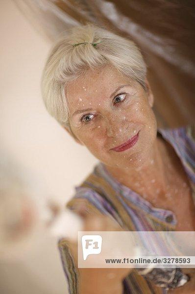 Reife Frau beim Selbermachen