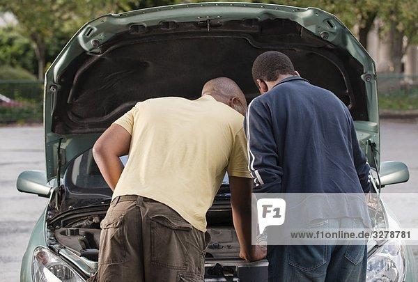 Vater & Sohn arbeiten am Auto
