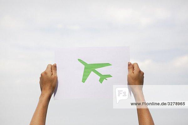 Arme  die Papier halten  grünes Flugzeug