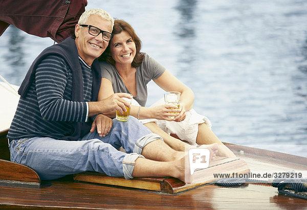 Mittelalterliches Paar  das auf dem Boot trinkt