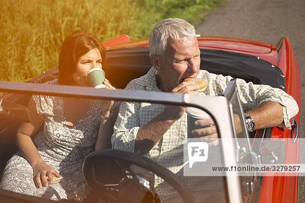 Paar mit Auto  Kaffeepause
