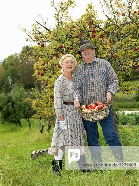 Erwachsenes Paar im Garten Erwachsenes Paar im Garten
