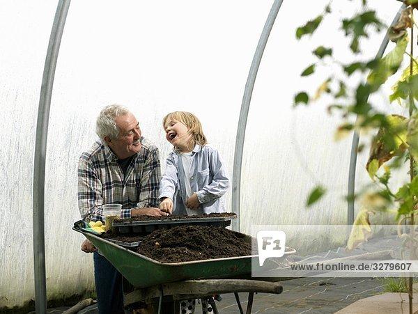 Großvater und Junge pflanzen Blumen. Großvater und Junge pflanzen Blumen.