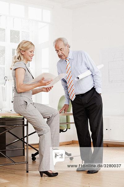 Senior Geschäftsmann und Geschäftsfrau