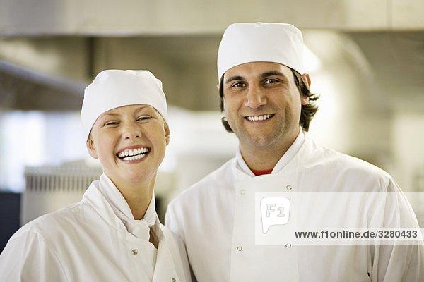 Zwei Köche in der Küche lächeln