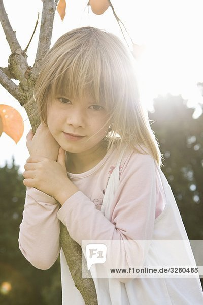 Mädchen umarmendes Baumportrait