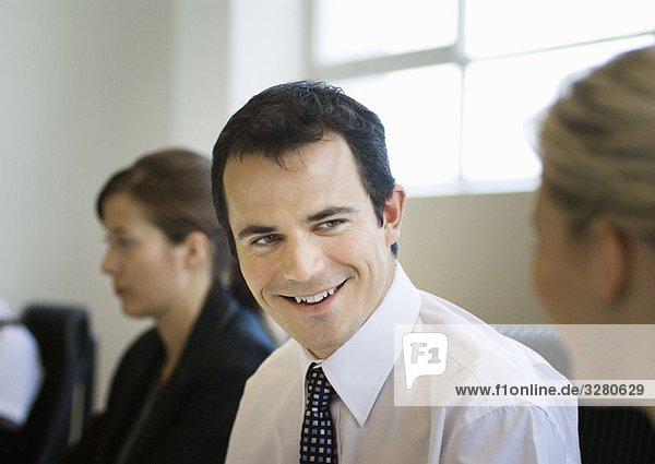 Ein Geschäftsmann im Gespräch mit einem Kollegen
