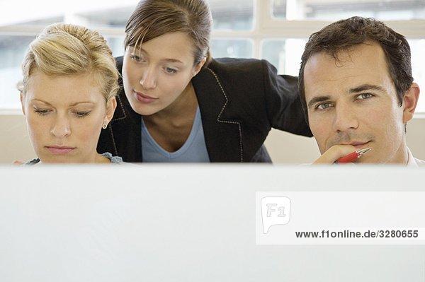 Geschäftskollegen  die zusammen arbeiten