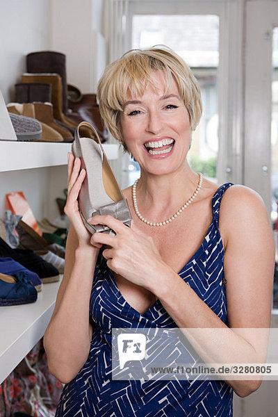 Frau hält Schuh auf Lager