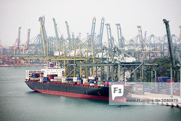 Frachtschiff im Hafen von Singapur