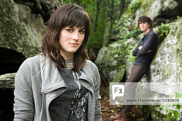 Junges Paar bei Felsen