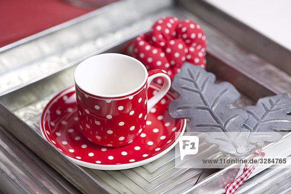 Teetasse auf einem Serviertablett  Close-up