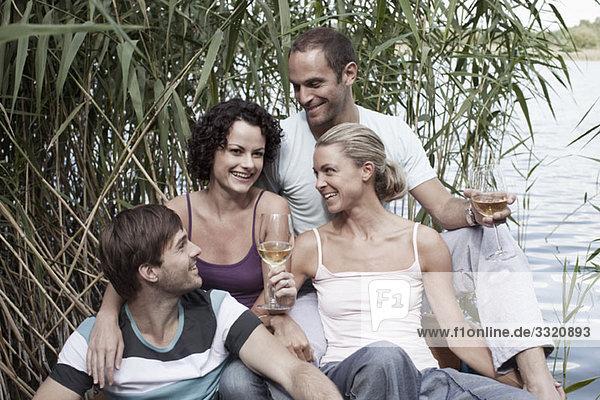 Vier Freunde in der Nähe eines Sees