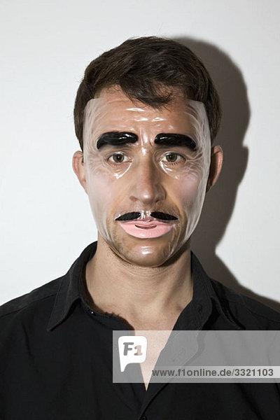Ein Mann mit einer neuartigen Maske.