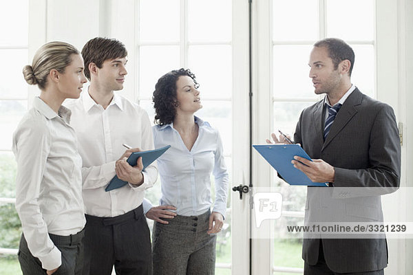 Geschäftskollegen im Gespräch