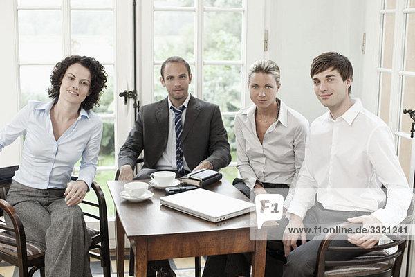 Portrait von Geschäftskollegen in einer Besprechung