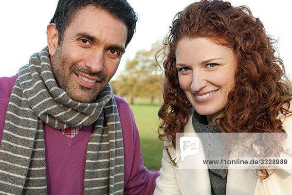 Porträt eines glücklichen Paares in Dulwich Park
