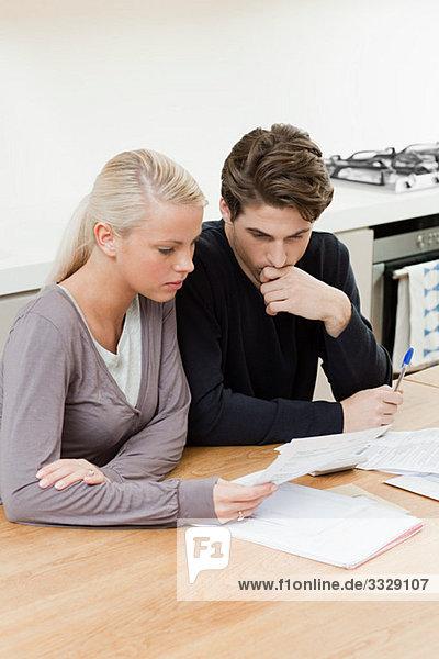 Junges Paar bei der Hausfinanzierung
