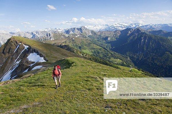 Frau wandert am Gründegg  Radstädter Tauern  Tirol  Österreich