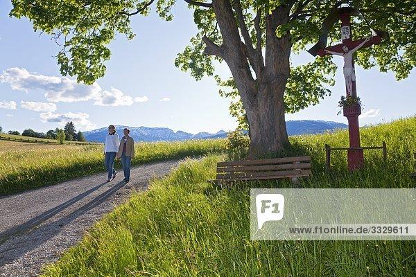Zwei Frauen gehen spazieren  Mariapfarr  Lungau  Salzburger Land  Österreich