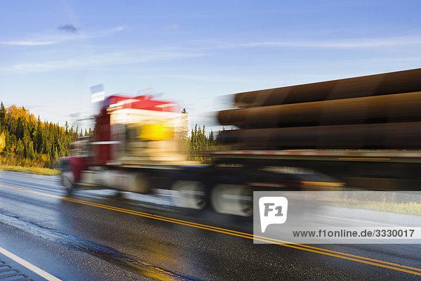 Verkehr auf George Parks Highway/Alaska Route 3 nach Regen  Alaska