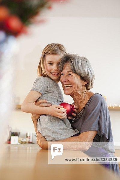 Enkelkind und Oma umarmend