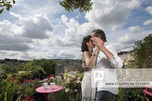 Paar tanzt auf dem Balkon