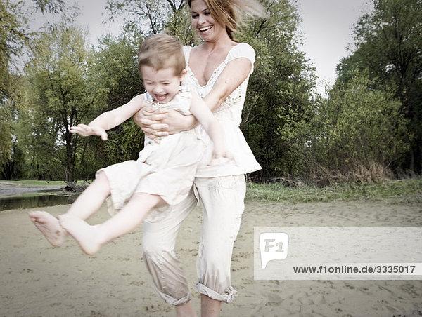 Mutter schwingendes Kind