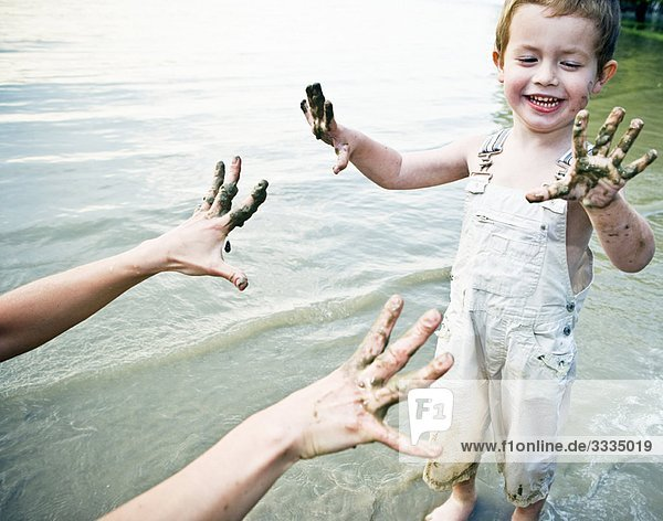 Kind mit schmutzigen Händen