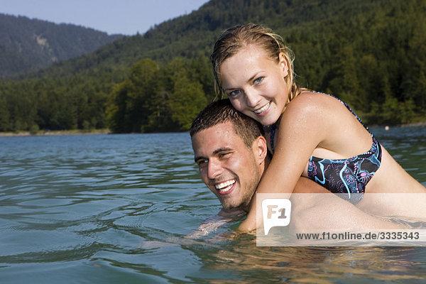 Ein Paar mit Spaß im Wasser