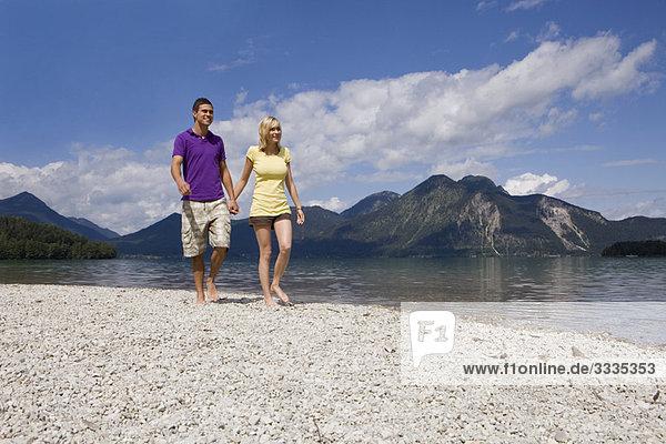 Ein junges Paar beim Spaziergang am See