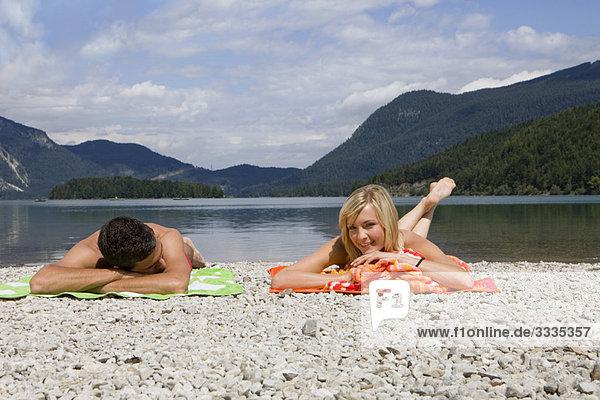Ein junges Paar entspannt am See