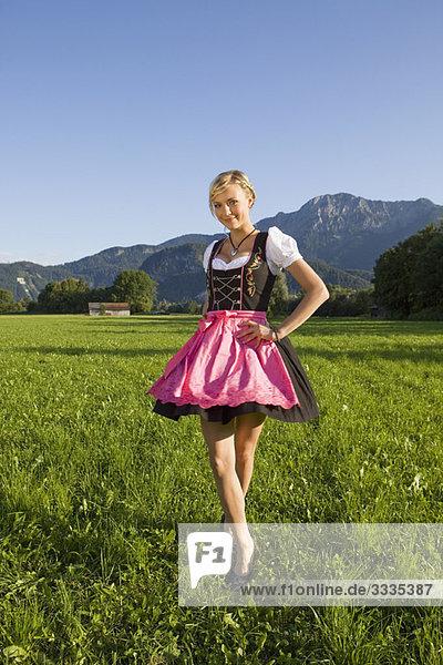 Ein Mädchen im traditionellen Outfit