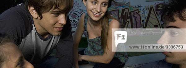 Gruppe junger erwachsener Freunde im Freien
