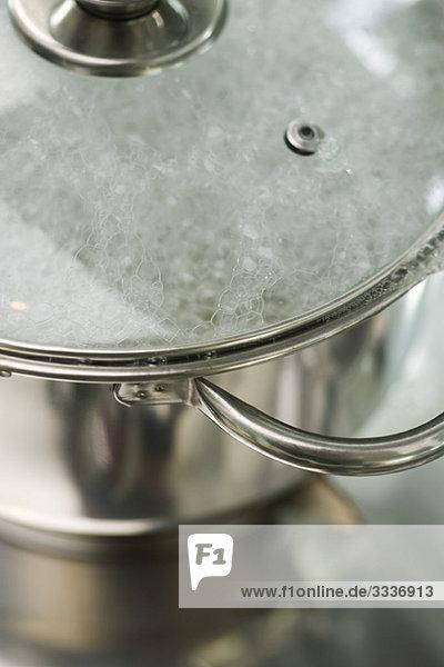 Wasser kocht im Topf