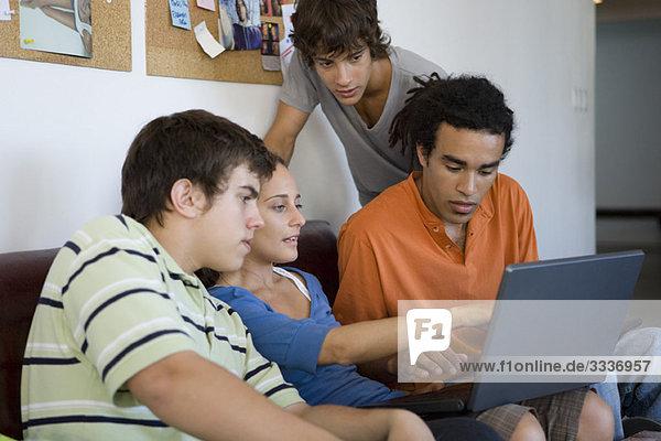 Studenten  die am Laptop mitarbeiten