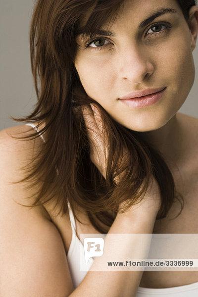 Junge Frau mit Hand im Haar  Portrait