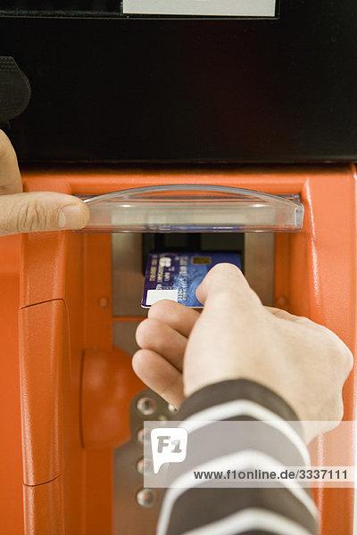 Bezahlen an der Zapfsäule mit Kreditkartenleser