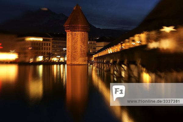 Weihnachtsstimmung am Abend an der Kapellbrücke in Luzern