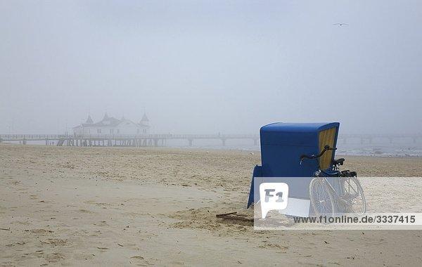 Europa  Deutschland  Mecklenburg-Vorpommern  Usedom  Ahlbeck  Strandkorb am Strand vor der Seebrücke im Nebel