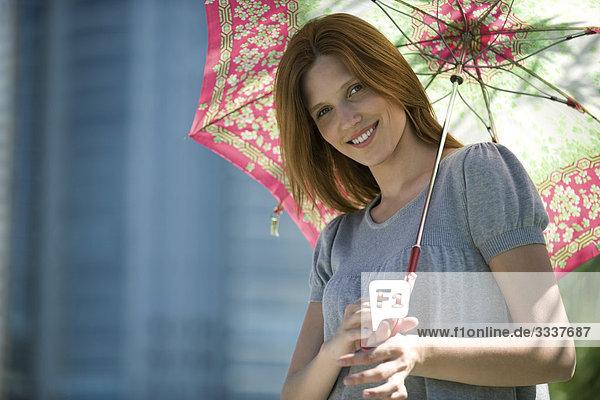 Junge Frau mit Sonnenschirm  Portrait