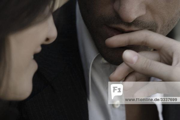 Frau streichelt die Lippen des Mannes  Nahaufnahme  defokussiert  Mund