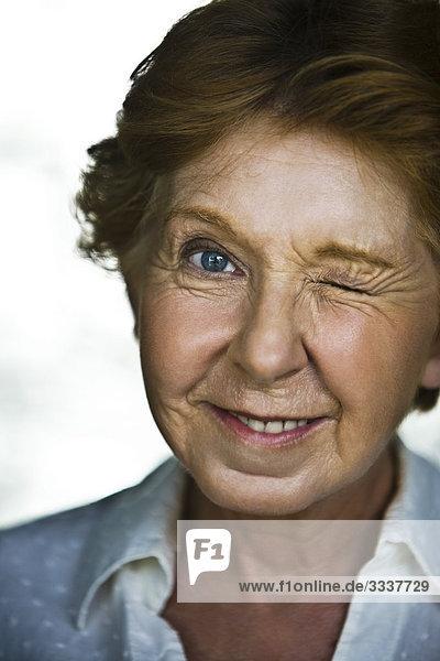 Seniorin augenzwinkernd  Portrait