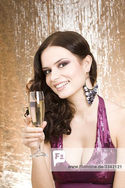 Portrait einer jungen Frau mit Glas Champagner